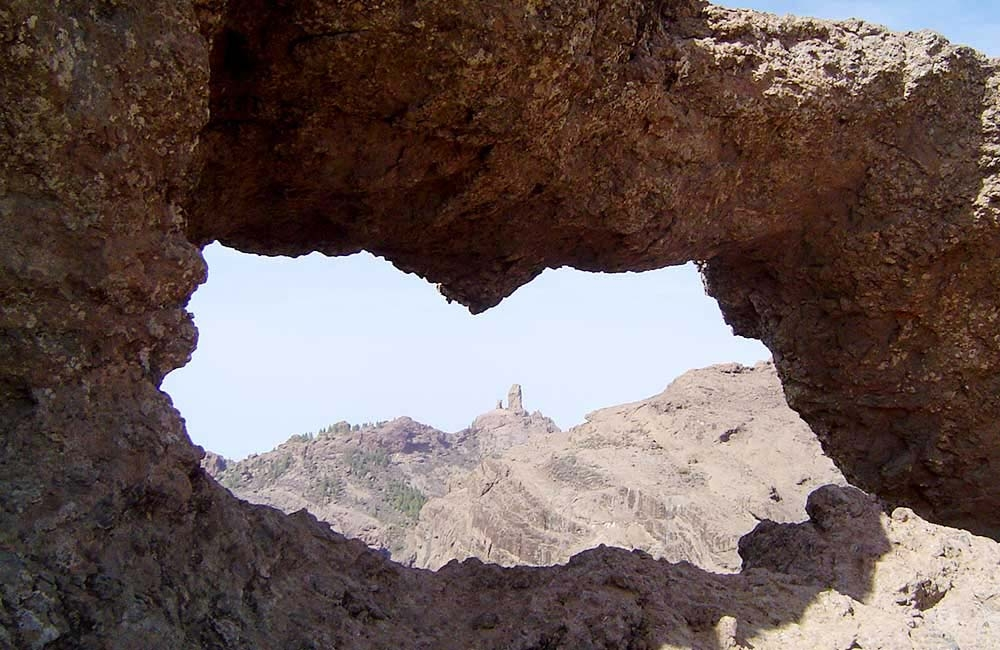 looking-at-roque-nublo-through-the-window